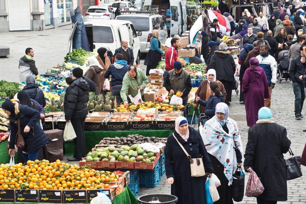 Il mercato di Molenbeek, alla periferia di Bruxelles, noto per aver ospitato gli organizzatori degli attentati terroristici di Parigi.